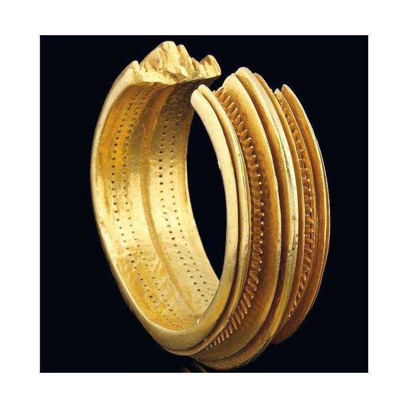 Brazaletes dorados que son joyas milenarias