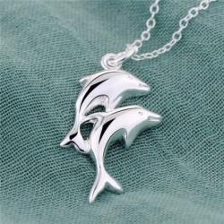 Collar chapado en plata con delfines