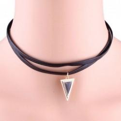 Collar de piel con colgante de triángulo