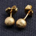 Pendientes pequeños bañados en oro