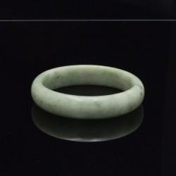 Pulsera simil jade verde de 59 mm de diámetro interior.