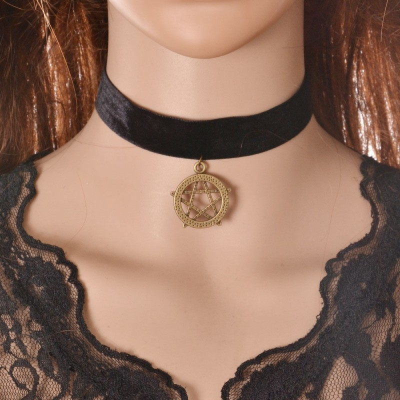 Collar de terciopelo negro con colgante