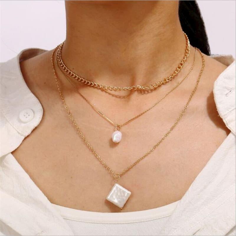 Collares asimetricos con perlas blancas