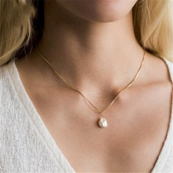 Collar dorado con perla...