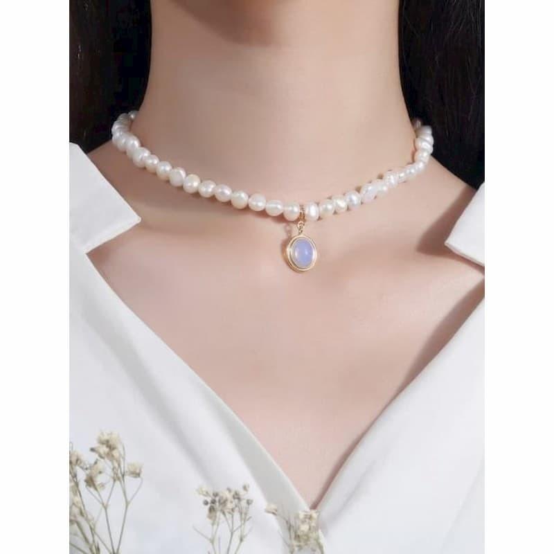 Gargantilla de perlas con piedra azul