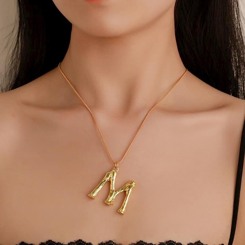 Collares con iniciales, letra M
