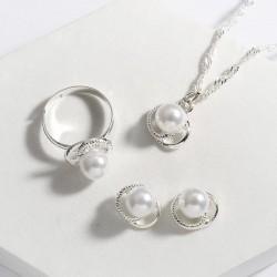 Conjunto de collar pendientes y anillo