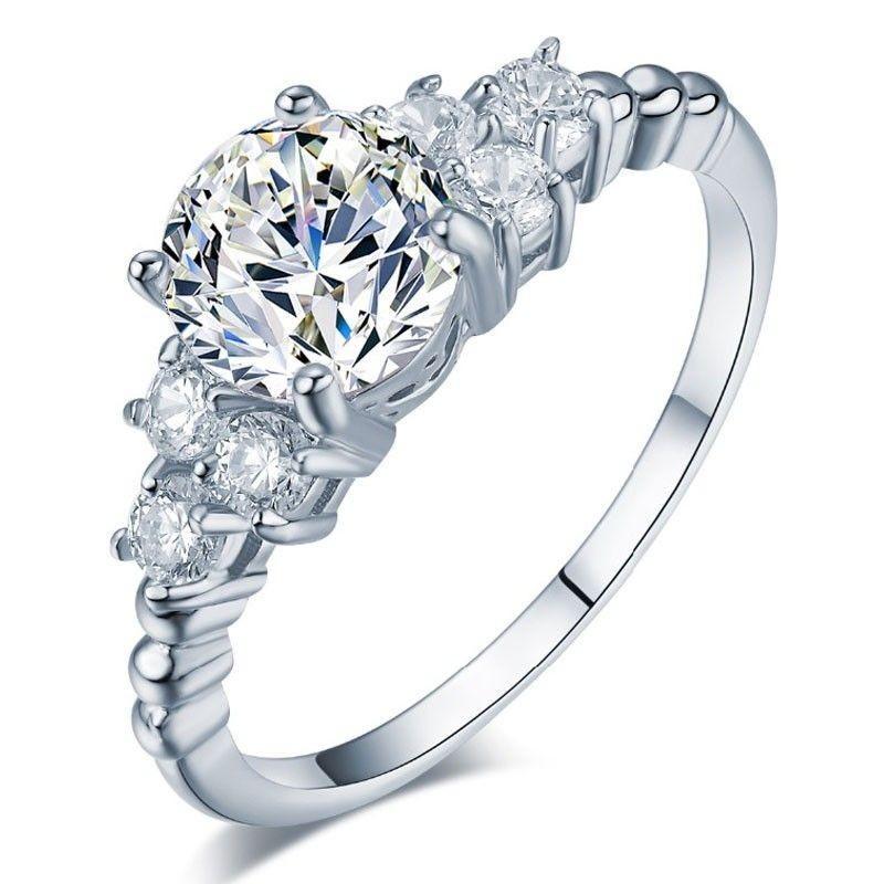 Anillos de boda con diamante y cristales blancos