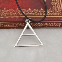 Collar con colgante triángular
