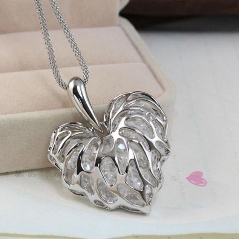 Collar chapado en plata con corazón y piedras